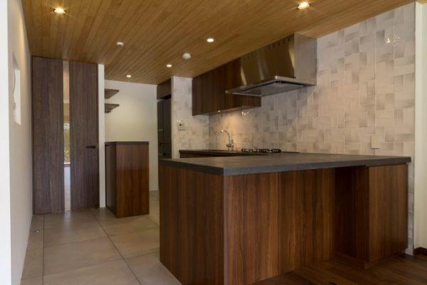 グレーのモールテックスで施工したキッチンカウンターテーブル天板とキッチン全体図