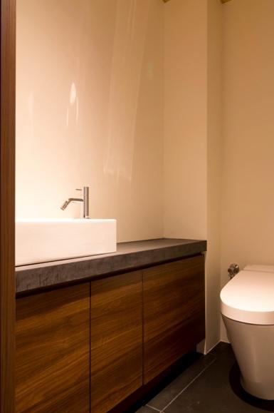 グレーのモールテックスで施工したトイレの手洗いシンクの天板