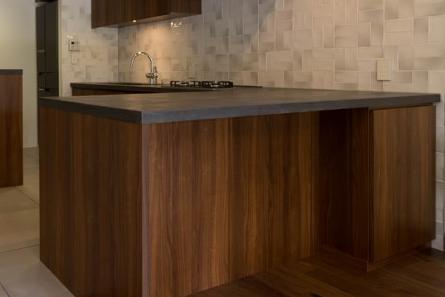グレーのモールテックスで施工したキッチンカウンターテーブル天板と