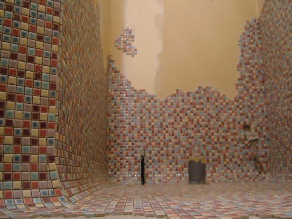 モザイクタイルの壁と床、タイルで繋がりを曲面で繋げている、正面奥の壁はタイルの貼り方が絵のようになっている