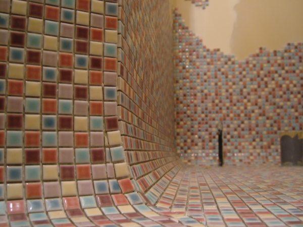モザイクタイルの壁と床、タイルで繋がりを曲面で繋げている、曲面箇所のアップアングル