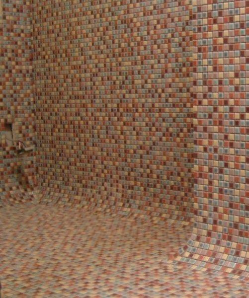 モザイクタイルの壁と床、タイルで繋がりを曲面で繋げている