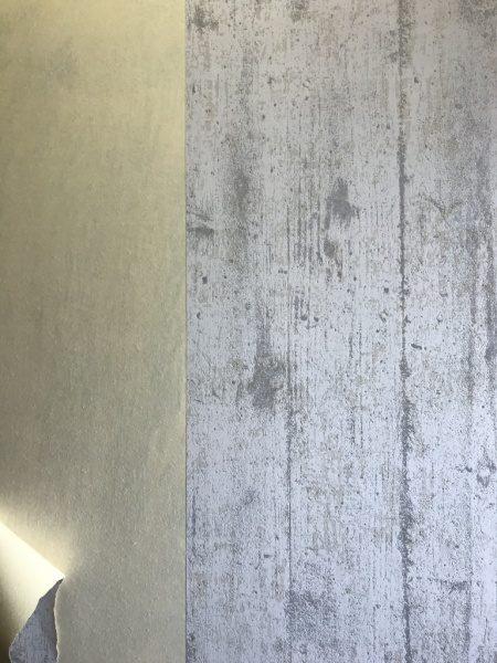 壁の下地クロスを剥がした状態の壁