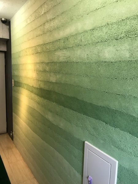 緑色の塗り版築仕上げ壁