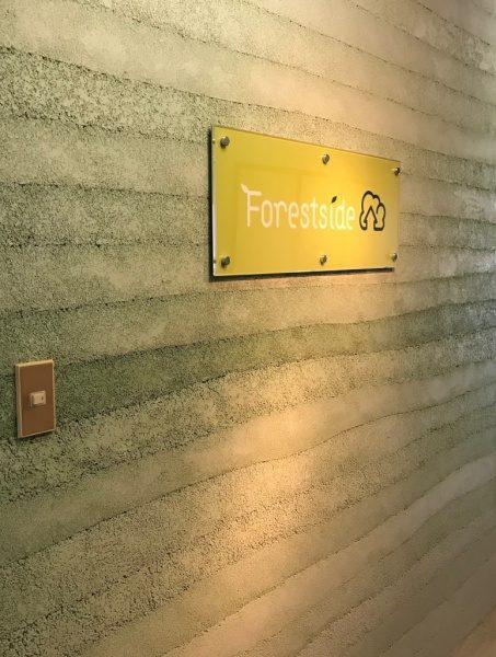 緑色の塗り版築仕上げ壁、東京蒲田の不動産屋さん株式会社フォレストサイド様の看板