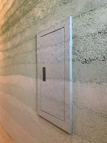 緑色の塗り版築仕上げの壁とデコラティブペイント仕上げで施工した点検口