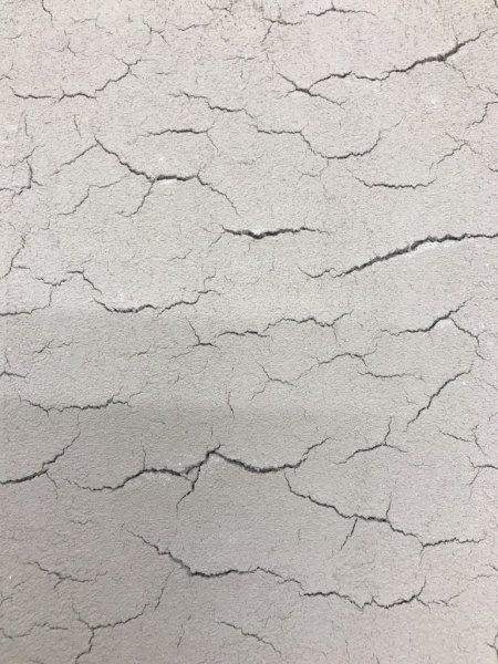 白っぽい色の土壁ヒビ割れ仕上げサンプル見本、横方向のヒビが多い