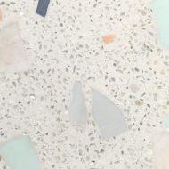 白色ビールストーンに人工大理石の欠片を入れたサンプル見本