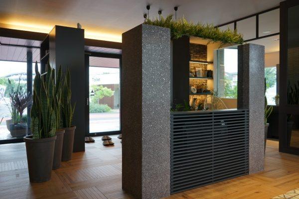 黒色のビールストーン、ミラー骨材入り目隠し用家具の裏側の鏡部分、トヨタホーム様の埼玉県住宅展示場