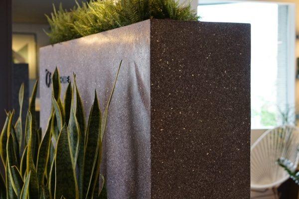 黒色のビールストーン、ミラー骨材入り目隠し用家具、右からのアングル、手前に観葉植物、トヨタホーム様の埼玉県住宅展示場