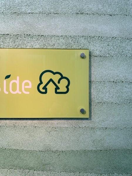 塗り版築のオフィスエントランス壁、壁には東京都蒲田のフォレストサイド様のロゴ看板