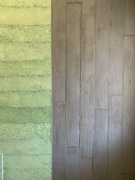 オフィスエントランスの壁、左が塗り版築の壁、右がうづくり木目モルタルの壁