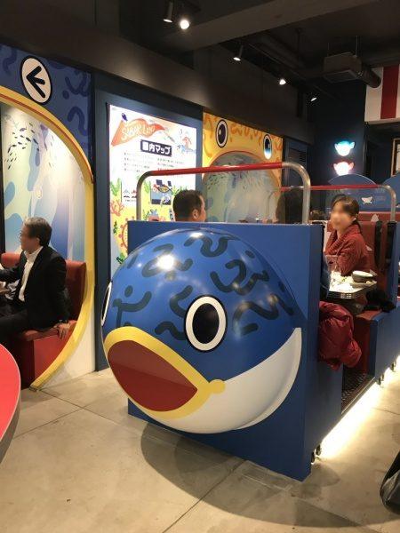 SABAR+ 大阪京橋店の店内風景、鯖とお米を表現した座席などがある