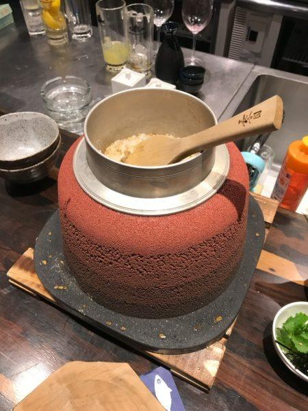 さばの蒲焼きひつまぶし、赤の版築かまど、釜にしゃもじが入っている、SABAR+ 大阪京橋店