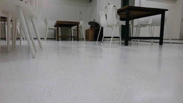 ビールストーン施工の打ち合わせサロンの床、机と椅子が並んでいる。種石 カナリア1分5厘