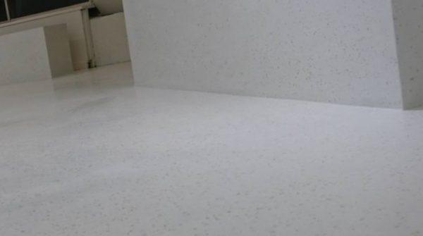 ビールストーン施工の打ち合わせサロンの床と什器。立ち上がりのアップアングル