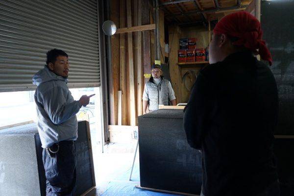 左にいる原田左官高木さんと2人の見習いさんが会話している様子