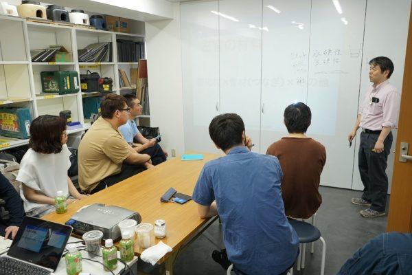 リノベーションカレッジで左官座学風景、講師の原田左官代表原田宗亮と受講生の方々