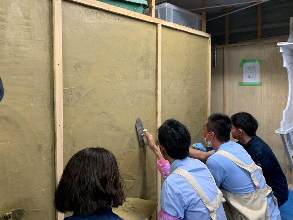 リノベーションカレッジで左官実技風景、塗り体験をする受講生の方々