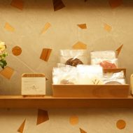 木片+モラート仕上げの壁と商品棚、棚には商品がある