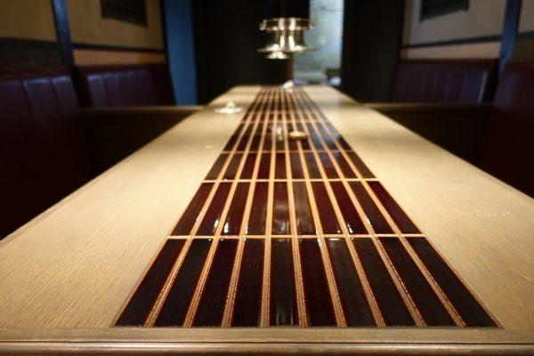 飲食店のテーブル天板、天板の真ん中にはタイルで施工されている