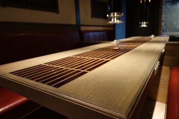 飲食店のテーブル天板、天板の真ん中にはタイルで施工されている、右からのアングル
