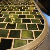 飲食店のカウンター天板に施工したグリーンモザイクタイル、正面からアップのアングル