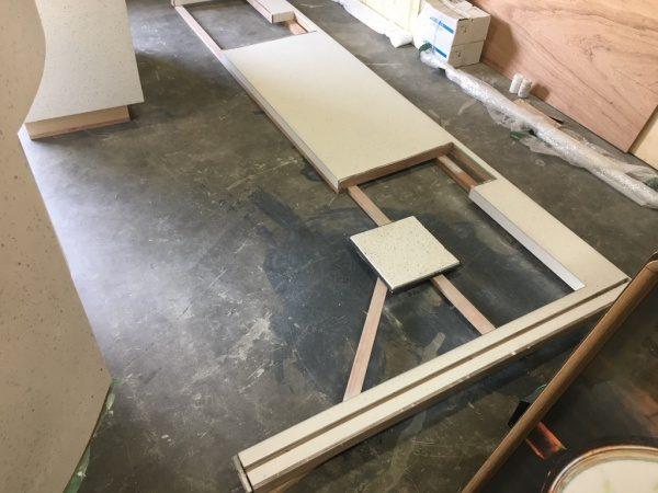 施工中のビールストーン台、正方形の板がサンプル見本