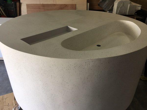 ビールストーンの円形型ディスプレイ台、荒研ぎが終わった状態、天板には2種類の溝がある