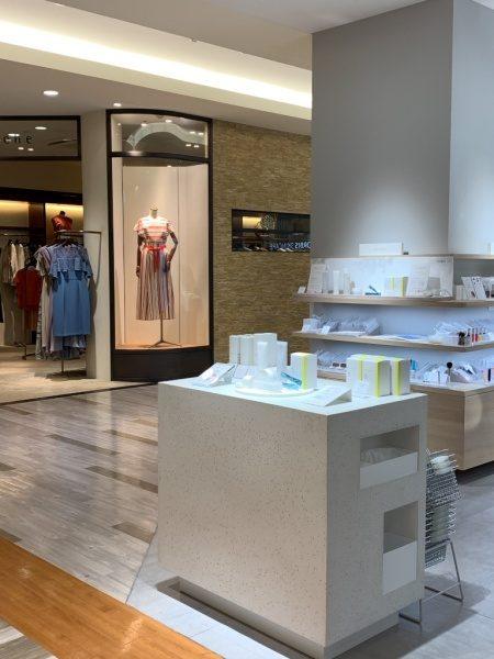 ビールストーンの白・寒水石で施工した四角型ディスプレイ台、完成して化粧品店内に設置した状態、台上には商品がある