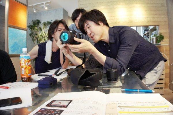 講師の生熊先生です。カメラの使い方を教えてくれています。)
