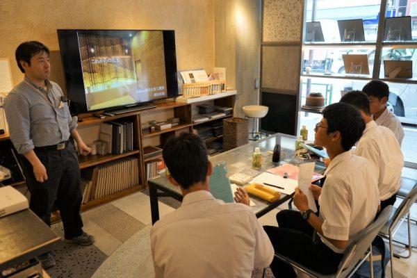 原田左官に企業訪問に来た中学校の生徒さんと応対する原田左官代表原田宗亮