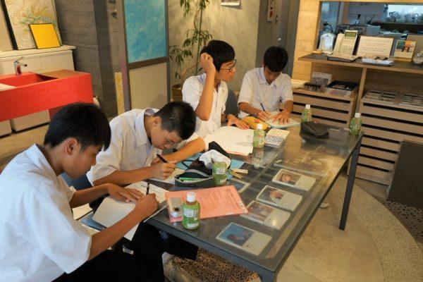 原田左官に企業訪問に来た中学校の生徒さん。インタビューとレポート作成中の場面