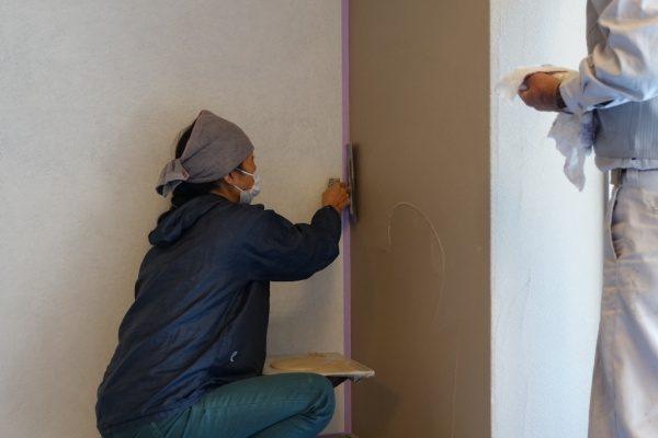 室内壁に珪藻土仕上げを施工している左官職人Fさん