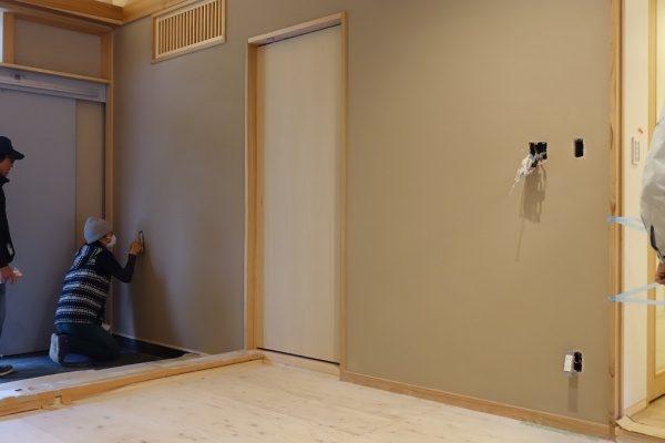 室内壁に珪藻土仕上げを施工しているHさんとFさん