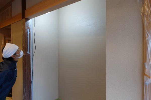 室内壁を塗った状態で仮の照明を当てて仕上がりを見ている場面。壁は珪藻土アレンジフラット仕上げ