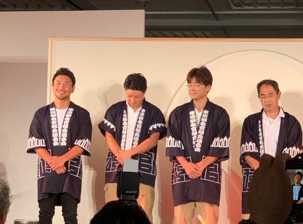 魔娑斗さんと3人の青年部メンバーが並んでいる。ものづくり匠の技の祭典の左官ライブにて
