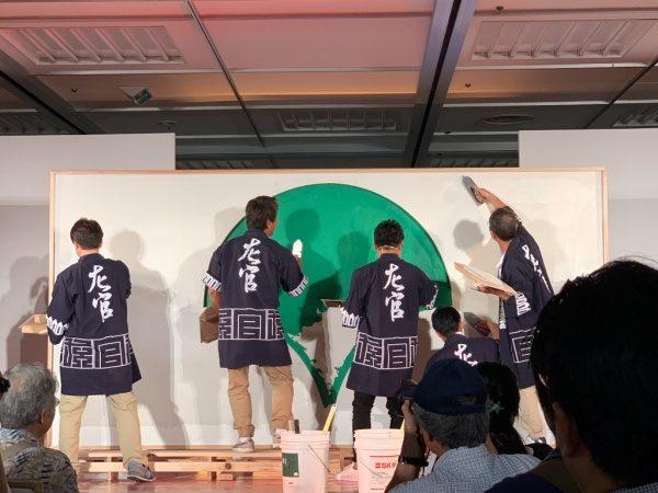 東京都シンボルマークを珪藻土で塗り、周りを白い漆喰で塗っている。ものづくり匠の技の祭典の左官ライブ
