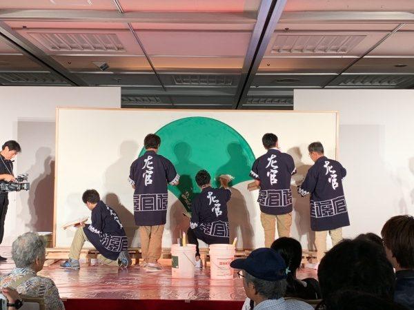 東京都シンボルマーク左官で表現している、施工は中央の魔娑斗さんと周りの青年部メンバーによるもの。ものづくり匠の技の祭典の左官ライブ