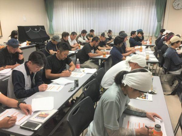 ハラスメント研修、会場で研修中の原田左官の職人さん達