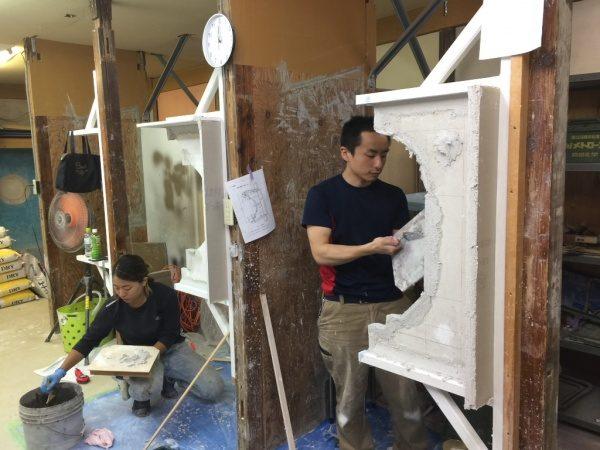 原田左官社内講習。2名の職人さんが鏝で塗っている