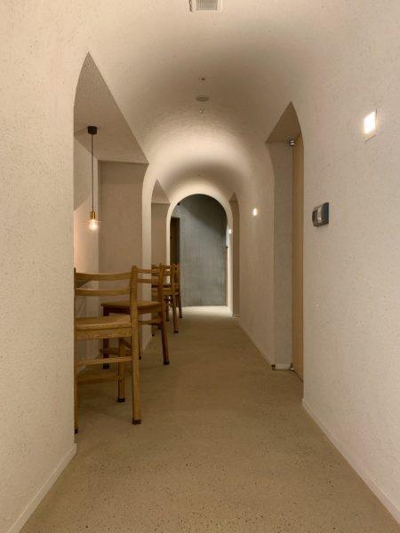 飲食店内装。R天井の廊下。銀座小松庵
