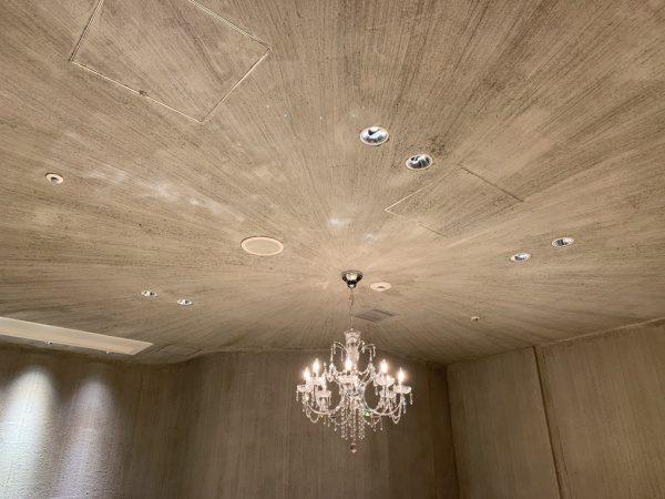 特殊モルタル仕上げの天井、放射線状に刷毛目を入れている。天井にシャンデリアがある。銀座小松庵の特別室
