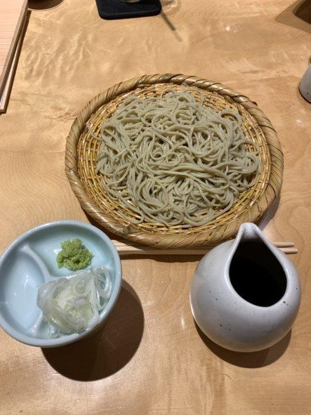 小松庵のせいろ蕎麦。机の上に蕎麦と蕎麦つゆや薬味やお箸がある。小松庵