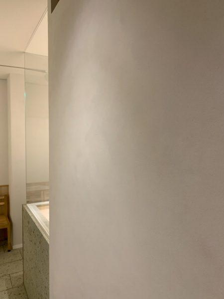 樹脂系左官材による漆喰調仕上げで施工した内壁。小松庵銀座店