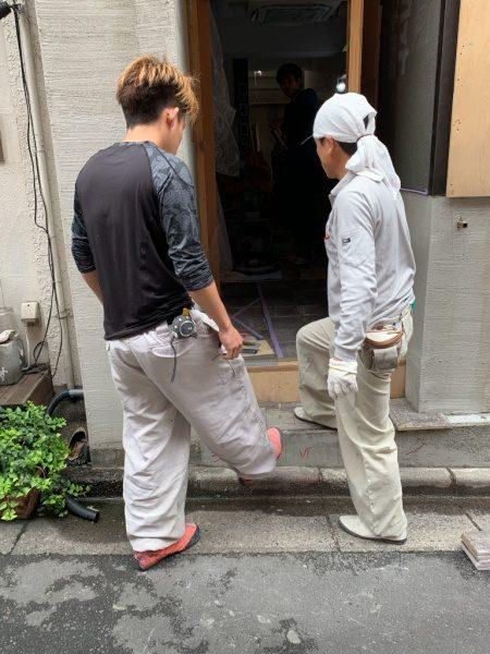 テナントのタイル施工箇所を確認する2人の職人さん