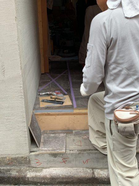養生テープが貼ってあるタイル工事箇所。都内のテナント