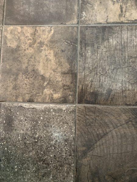 ウッドブロック柄の床タイル。床に張った状態