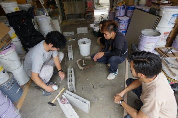 原田左官新人研修、ブロック積みを教える講師役の職人さんとそれを見る3名の新入生さん