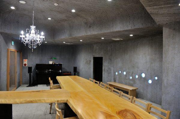 モルタル特殊仕上げの壁面と天井。奥にはスピーカー等がある。お蕎麦屋さん「小松庵 総本家」